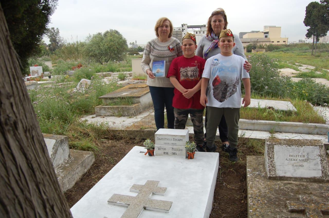 Уборка мест захорoнения соотечественников на кладбище Буржель